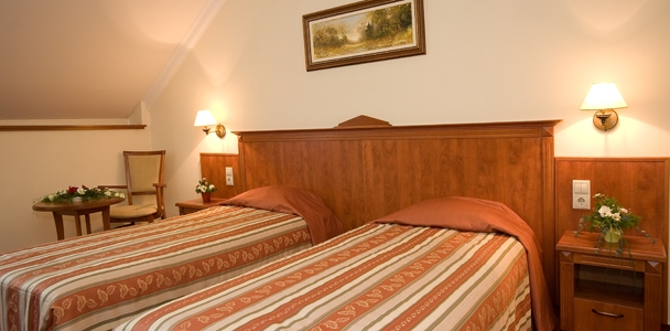 Főépületi hotelszoba 2 (+ 1)  ágyas